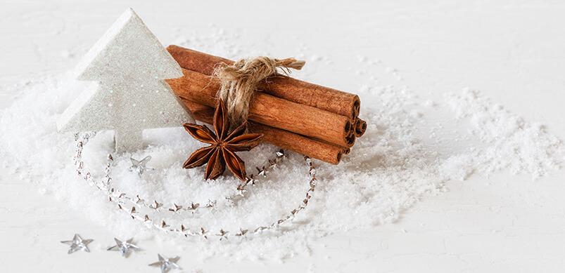 Decoraciones navideñas y especias en la nieve