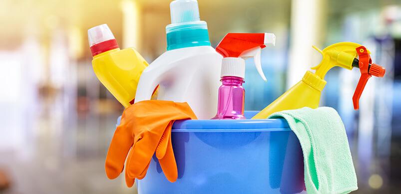 Herramientas de limpieza en balde azul