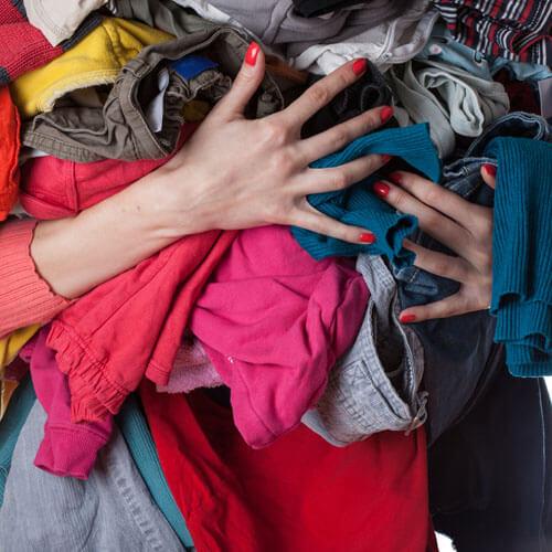 Mujer sosteniendo un montón de ropa