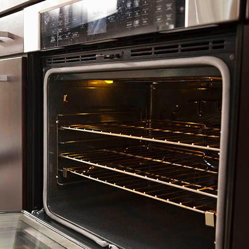 Primer plano de los estantes del horno en el horno