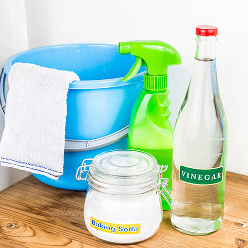 Bicarbonato de sodio, vinagre y productos de limpieza