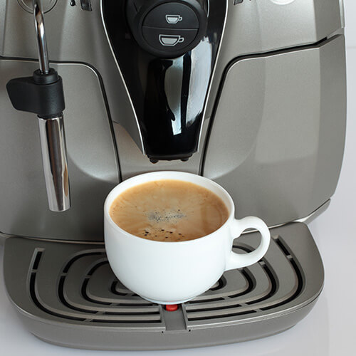 Máquina de café con taza de café completa
