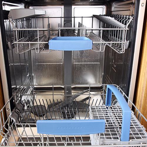 Lavavajillas abierto Vaciar en la cocina