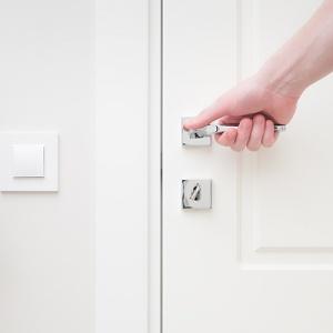 Perilla de la puerta de mano con interruptor de luz Next To It