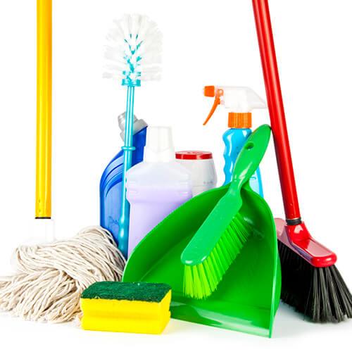 Colección de equipos de limpieza sobre fondo blanco