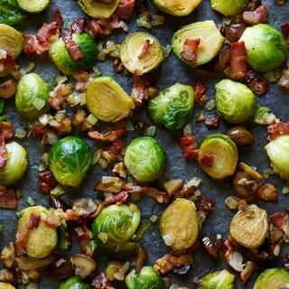 Revuelva las coles de Bruselas fritas con tocino y castañas