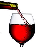 Botella para verter vino en el vidrio