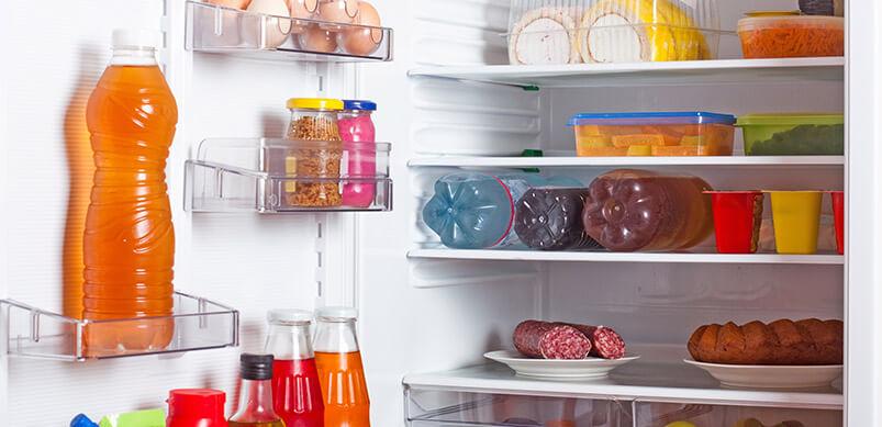 Refrigerador con alimentos cuidadosamente organizados en los estantes