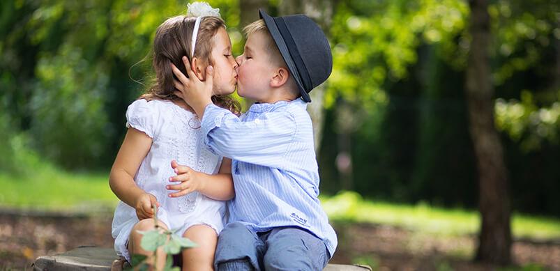 Chico joven y chica besándose