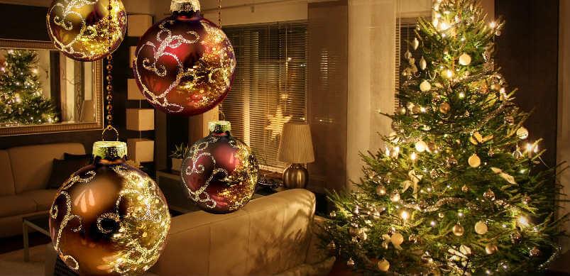 Árbol de Navidad y bolas de decoración