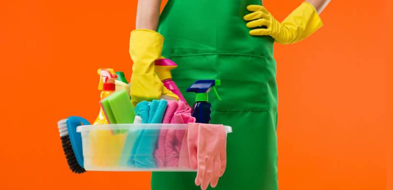 Equipos de limpieza en mano