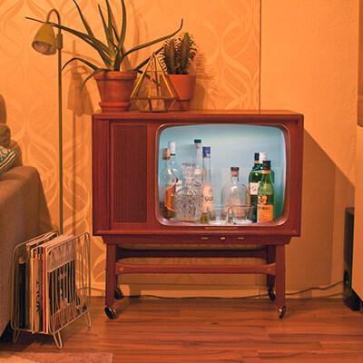 TV Antigua con Botellas de Bebidas en el Interior