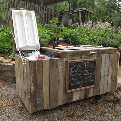 Un refrigerador exterior de bebidas hecho de un refrigerador roto