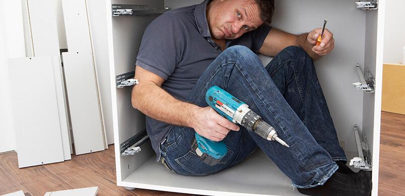 Hombre dentro del armario con instrucciones