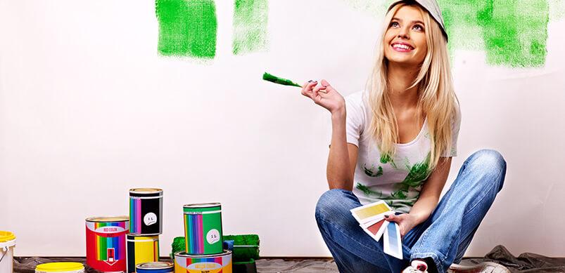 Mujer mirando paredes felices de pintura