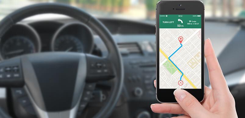 Persona que tiene el mapa del teléfono en el automóvil