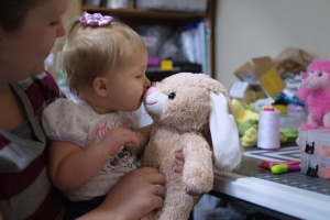 niño besando peluche