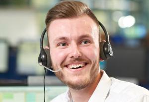 Hombre con auriculares sonriendo